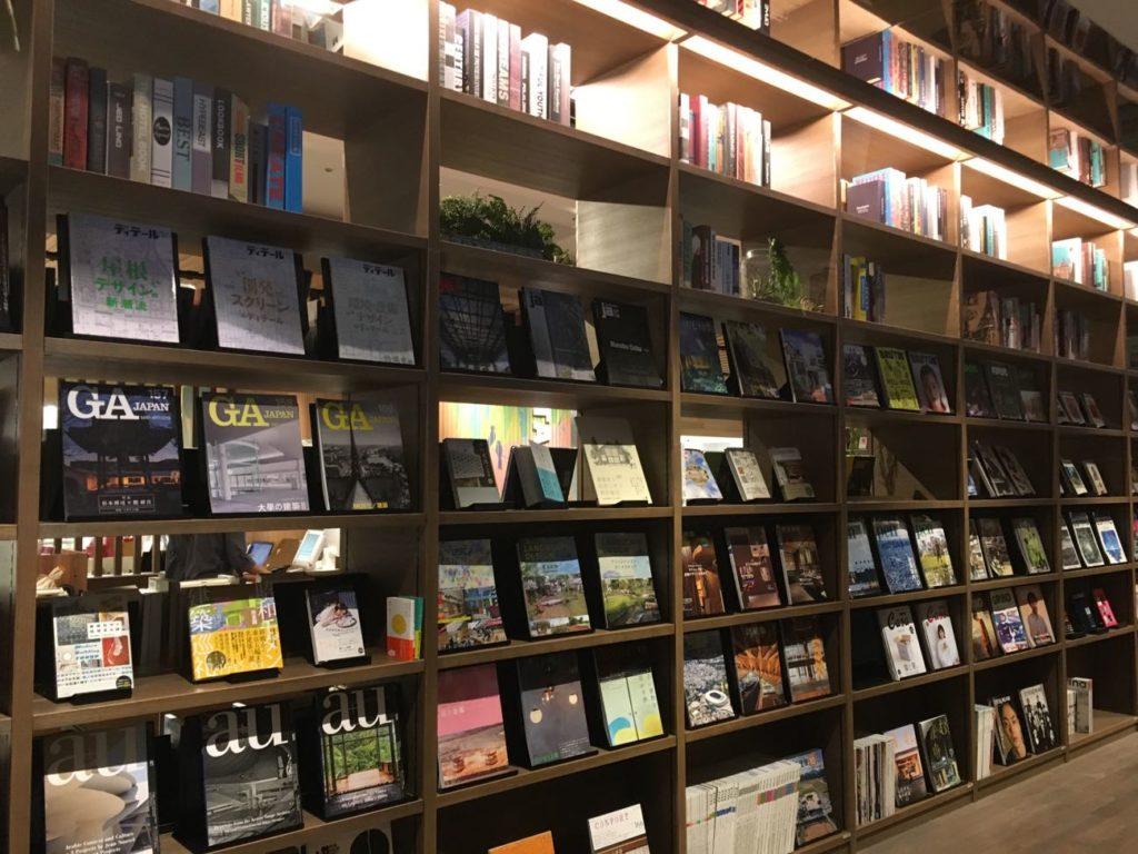 渋谷TSUTAYA シェアラウンジ雑誌や本がいっぱいの本棚