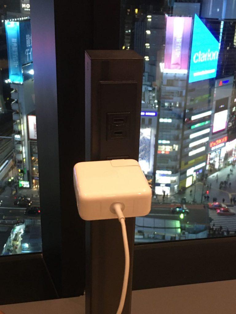 渋谷TSUTAYA シェアラウンジの2人席電源タップ